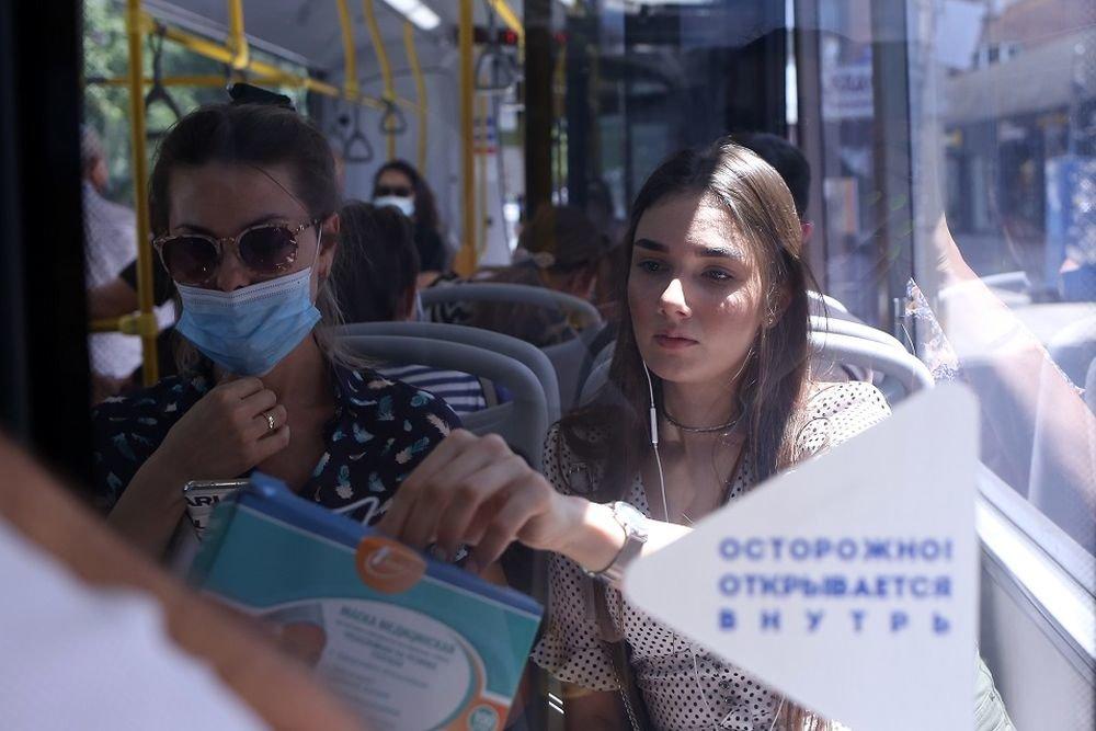 В Ростове из-за COVID-19 в автобусах стали бесплатно выдавать маски