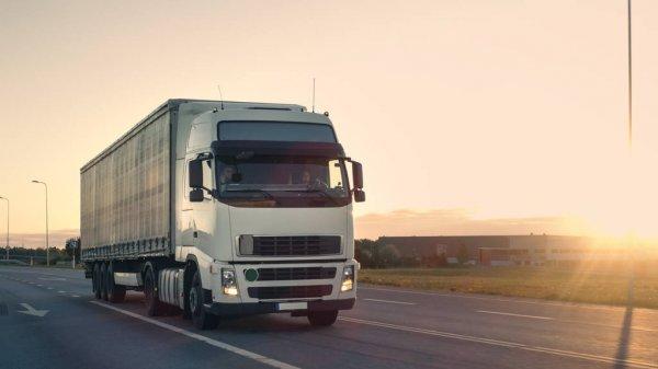 Многотонные грузовики разрушают дорогу