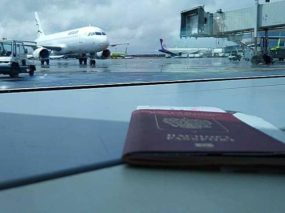 В аэропорту столицы Чехии, закрывшей границы перед россиянами, застряли десятки москвичей и петербуржцев