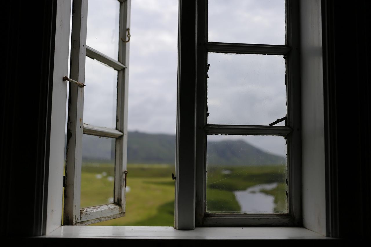 Через окно