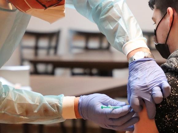 Роспотребнадзор пообещал «не заставлять, а рекомендовать» прививку от ковида школьникам с хроническими болезнями