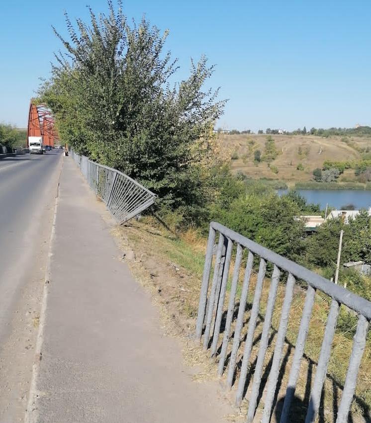 Ломать — не строить: восстановлено ограждение моста через Северский Донец