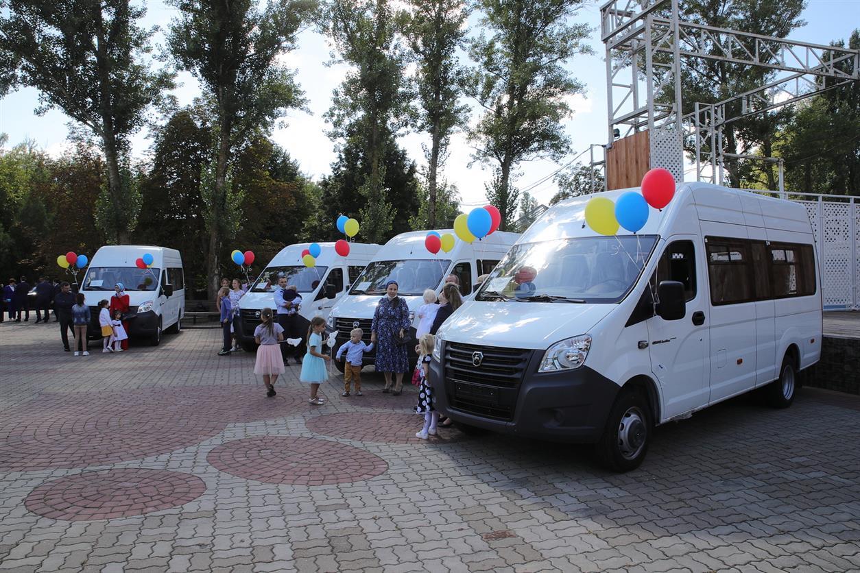 Семь многодетных семей в Ростовской области получили микроавтобусы