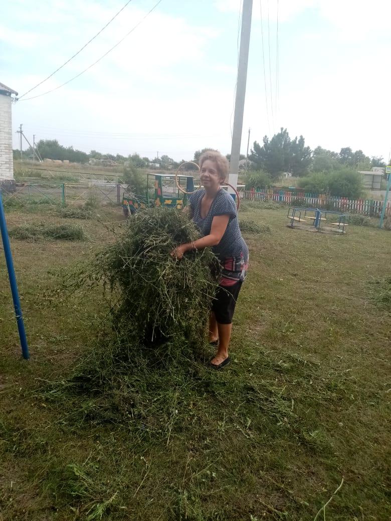 Соцработники навели порядок на детской площадке в Гусынке