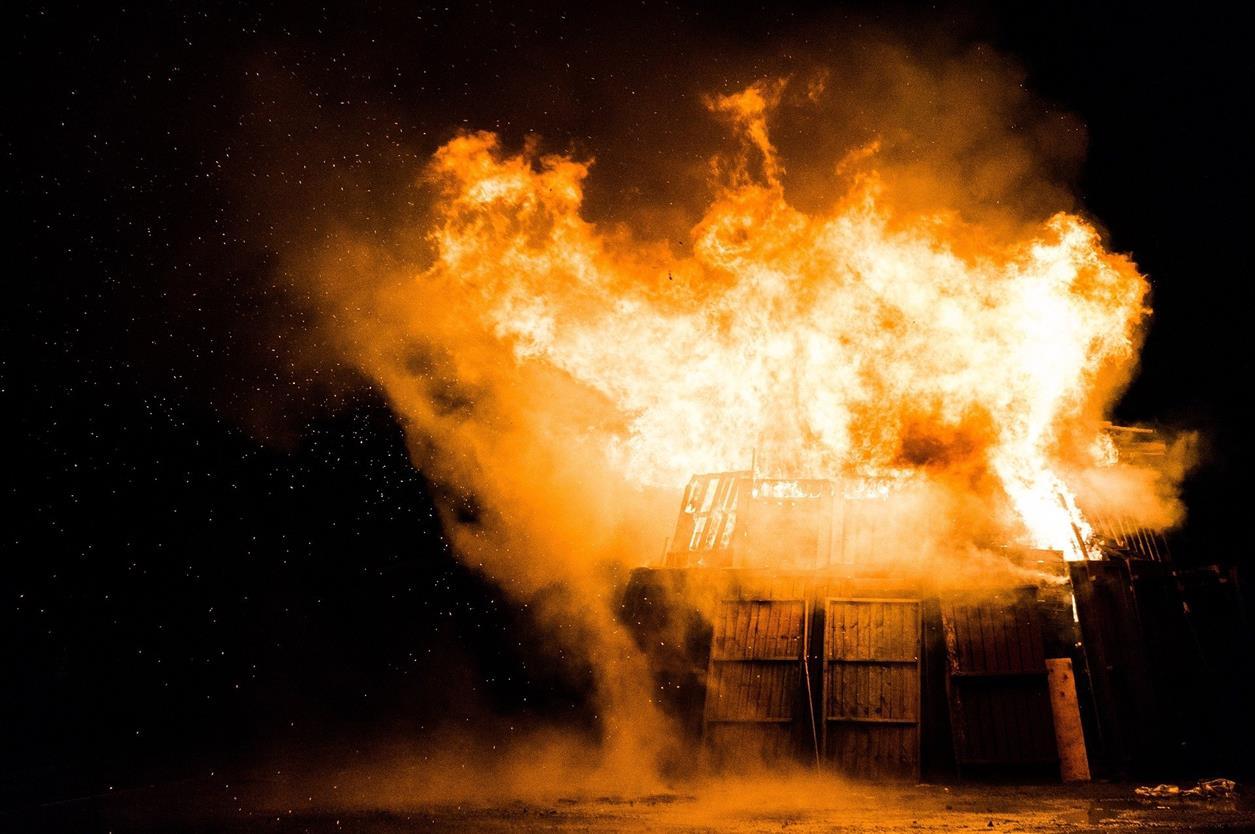 Во время пожара в Белой Калитве сгорел автобус
