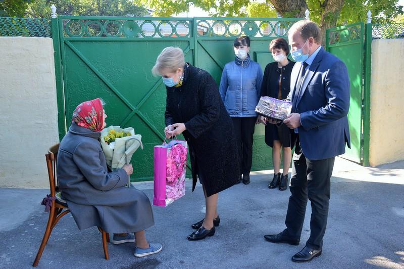 Глава администрации района Ольга Мельникова поблагодарила долгожителей за многолетний труд на благо района
