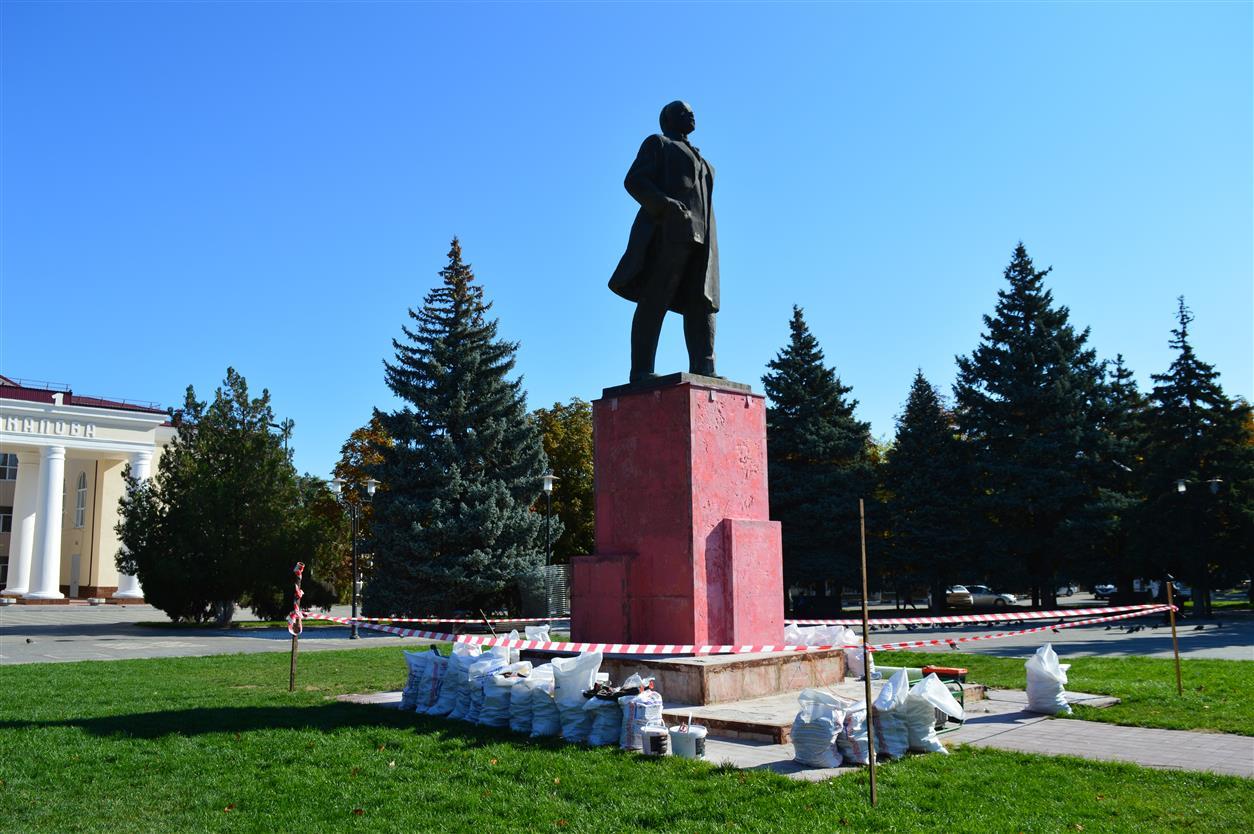 В Белой Калитве на Театральной площади начался ремонт памятника Ленину